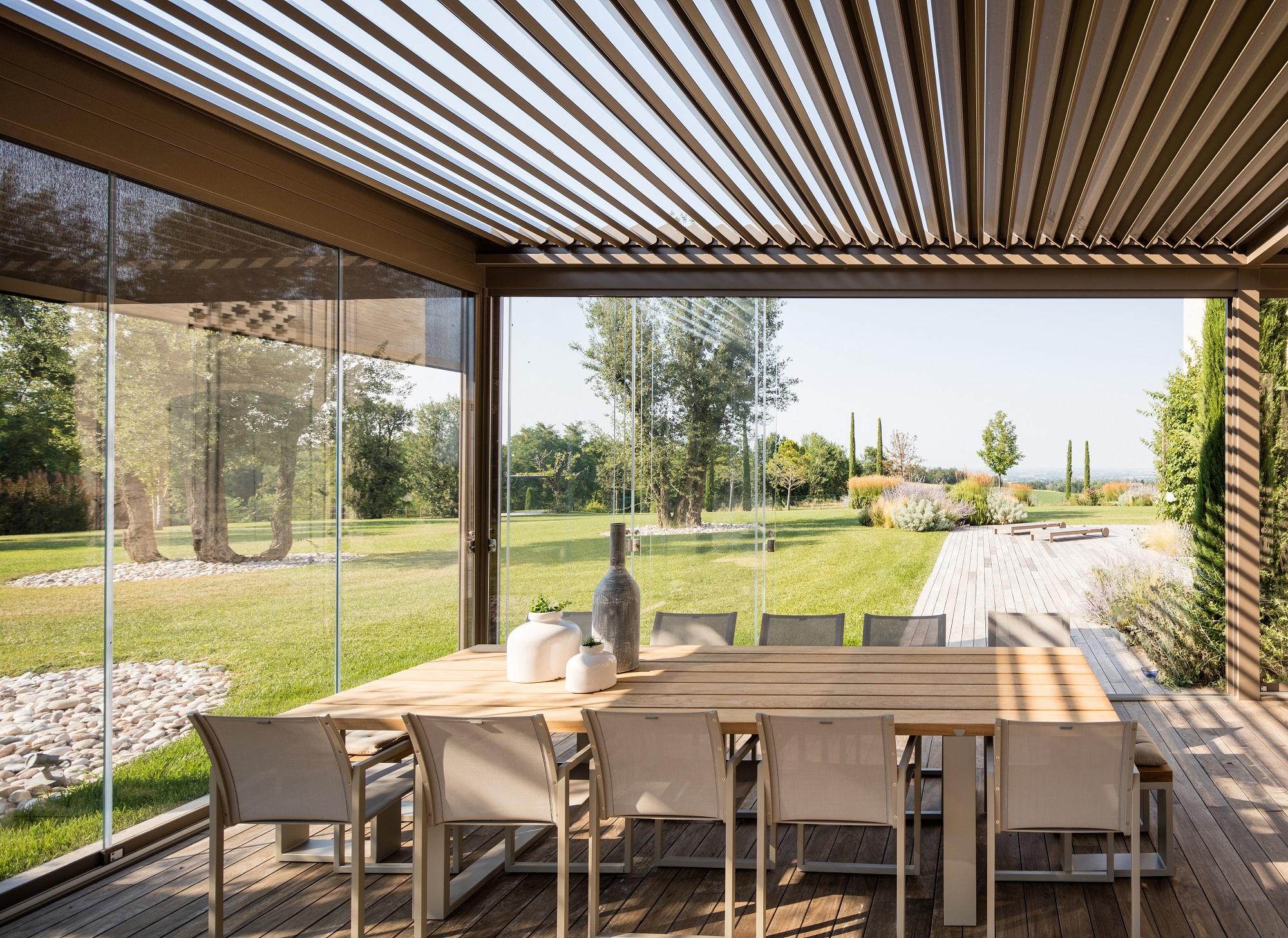 Veranda In Legno Terrazzo pergole bioclimatiche, in legno e in alluminio: le soluzioni